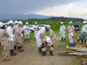 人肩運搬の厳しさ(モンケン運び)を体験する研修生 (福島県立明成高校敷地内)